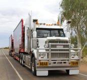 De aanhangwagen van de wegtrein in landelijk Australië royalty-vrije stock afbeelding
