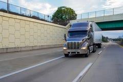 De aanhangwagen van de semi-vrachtwagentractor op de weg Royalty-vrije Stock Fotografie