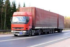 De aanhangwagenvrachtwagen van de tractor op achtergrond van bomen van royalty-vrije stock foto's