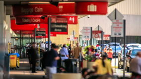 De Aankomst van de de Tijdtijdspanne van luchthavenreizigers buiten stock video