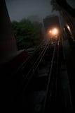 De aankomst van de kabelwagen op de sporen bij nacht Royalty-vrije Stock Foto