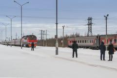 De aankomst van de trein in de winter royalty-vrije stock fotografie