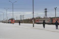 De aankomst van de trein in de winter royalty-vrije stock afbeeldingen