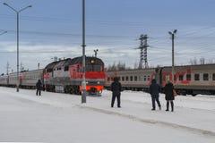 De aankomst van de trein in de winter royalty-vrije stock foto