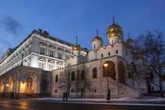 De Aankondigingskathedraal van Moskou het Kremlin in de winteravond, Moskou, royalty-vrije stock foto's