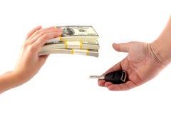 De aankoop van de auto. Een uitwisseling van geld voor sleutels Stock Fotografie
