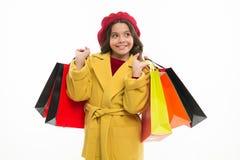 De aankoop van Nice Weinig Klant Klein meisje met het winkelen zakken Klein kind met document zakken Het meisjeskind geniet van w stock foto