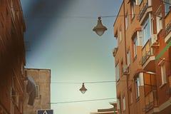 De aanleg van kabelnetten van straatlantaarns in een buurt stock foto's