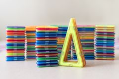 de aannemer van kinderen op magnetsunder het zonlicht Driehoek, vierkant studie van cijfers stock fotografie