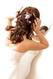 De Aanpassing van het haar in Spiegel Royalty-vrije Stock Foto's