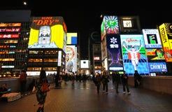 De Aanplakborden van Osaka en VoetBrug bij Nacht Stock Foto