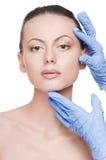 De aanraking van de schoonheidsspecialist en de vrouwengezicht van de examengezondheid stock foto's