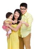 De aanrakingsvinger van het babymeisje met vader stock foto
