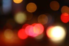 De aanstekende rode abstracte veelkleurige lichten bokeh van de achtergrond zwarte luxenacht, het lichte kleurrijke onduidelijke  royalty-vrije stock afbeeldingen