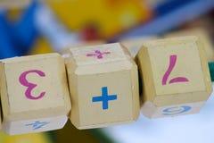 De aantallen en de symbolen op de houten blokken Wiskunde voor kinderen royalty-vrije stock afbeeldingen