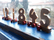 De aantallen van het stuk speelgoed door het venster Royalty-vrije Stock Afbeeldingen