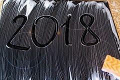 2018 de aantallen worden geschreven op schuimoppervlakte Stock Fotografie