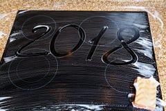 2018 de aantallen worden geschreven op schuimoppervlakte Royalty-vrije Stock Afbeelding