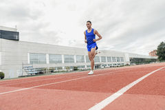 De aantrekkelijke Atleet Running On Track van het mensenspoor Stock Foto's