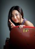 De aantrekkelijke Aziatische meisjesjaren '20 bij het theater isoleren witte achtergrond Stock Foto