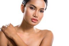 De aantrekkelijke Aziatische zorg van de vrouwenhuid stock afbeelding