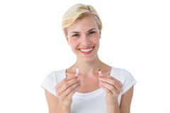 De aantrekkelijke brekende sigaret van de blondevrouw en het glimlachen bij camera Stock Afbeeldingen