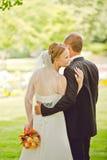 De aantrekkelijke bruidegom en de bruid omhelzen Royalty-vrije Stock Fotografie