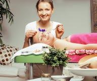 De aantrekkelijke dame die van de voorraadfoto kuuroordbehandeling in salon vrij worden, massage arts het glimlachen zorg Royalty-vrije Stock Foto's