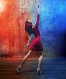 De aantrekkelijke donkerbruine schoonheid in een dans stelt Royalty-vrije Stock Afbeelding