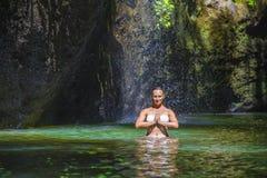De aantrekkelijke en geschikte toeristen Kaukasische vrouw het praktizeren yogaoefening stelt in verbazende tropische exotische w royalty-vrije stock fotografie