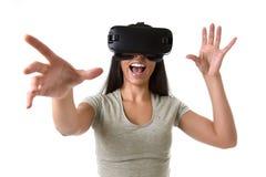 De aantrekkelijke gelukkige vrouw wekte het gebruiken van 3d beschermende brillen op lettend 360 op het virtuele werkelijkheidsvi Royalty-vrije Stock Fotografie