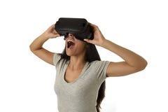 De aantrekkelijke gelukkige vrouw wekte het gebruiken van 3d beschermende brillen op lettend 360 op het virtuele werkelijkheidsvi Stock Afbeelding