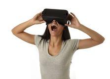 De aantrekkelijke gelukkige vrouw wekte het gebruiken van 3d beschermende brillen op lettend 360 op het virtuele werkelijkheidsvi Stock Fotografie