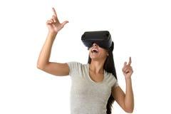 De aantrekkelijke gelukkige vrouw wekte het gebruiken van 3d beschermende brillen op lettend 360 op het virtuele werkelijkheidsvi Royalty-vrije Stock Afbeeldingen