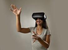 De aantrekkelijke gelukkige vrouw wekte het gebruiken van 3d beschermende brillen op lettend 360 op het virtuele werkelijkheidsvi Stock Foto
