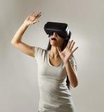 De aantrekkelijke gelukkige vrouw wekte het gebruiken van 3d beschermende brillen op lettend 360 op het virtuele werkelijkheidsvi Royalty-vrije Stock Afbeelding