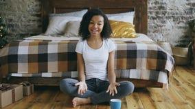 De aantrekkelijke gemengde van de de tieneropname van het rasmeisje videoblog die camera onderzoeken en aan haar aanhangers thuis Stock Foto