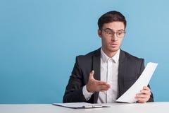 De aantrekkelijke jonge mannelijke nieuwslezer vertelt nieuws Royalty-vrije Stock Afbeelding
