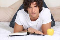 De aantrekkelijke jonge mens las een boek Stock Foto's