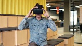 De aantrekkelijke jonge mens zet op VR-Hoofdtelefoon Vooruitgang en technologie De zomer dreems stock videobeelden
