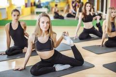 De aantrekkelijke jonge sportmeisjes doen samen yoga groep opleiding Gezond levensstijlconcept royalty-vrije stock foto's