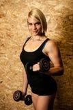 De aantrekkelijke jonge vrouw is bezig geweest met fitness sportclub het werken Royalty-vrije Stock Afbeeldingen