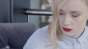 De aantrekkelijke jonge vrouw brengt tijd in restaurant door stock video