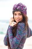De aantrekkelijke Jonge Vrouw die een Sweater draagt en breit Stock Afbeeldingen