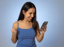 De aantrekkelijke jonge vrouw die mobiele geschokt en verraste smartphone bekijken verloren hebben van houdt van stock afbeelding
