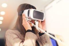 De aantrekkelijke jonge vrouw houdt 3D glazen Stock Foto's