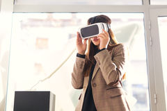 De aantrekkelijke jonge vrouw houdt 3D glazen Royalty-vrije Stock Afbeeldingen
