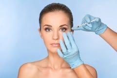 De aantrekkelijke jonge vrouw krijgt kosmetische injectie van botox royalty-vrije stock fotografie