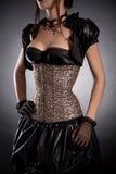 De aantrekkelijke jonge vrouw in Victoriaans stijlkostuum en nam corse toe Royalty-vrije Stock Foto's