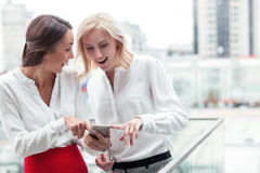 De aantrekkelijke jonge vrouwelijke collega's maken pret Stock Foto's
